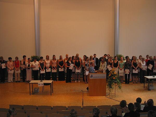 Foto: Prof. Dr. Gerhard Tulodziecki begrüßte die zahlreichen Examinierten.