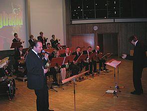 """Foto (Julius Kolossa): Die """"Unity Big Band"""" in voller Aktion im Audimax der Universität Paderborn."""