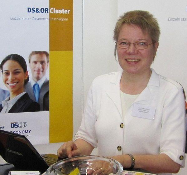 Foto (Universität Paderborn, Ulrike Kropf): Prof. Dr. Leena Suhl vom Decision Support & Operations Research Lab der Universität Paderborn freut sich auf den Know-how-Transfer.