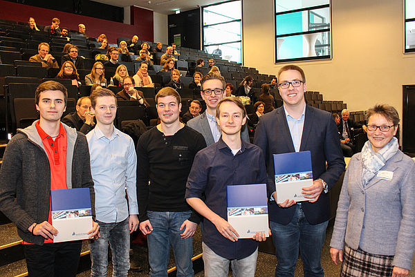 Foto (Universität Paderborn, Johannes Pauly): Innovationspreis für Studierende (v. l.): Sven Vinkemeier Christian Brüggemann, Michél Burkhardt, Hendrik Risse, Andre Timofeev, Marco Kerkemeier und Prof. Dr. Gudrun Oevel.