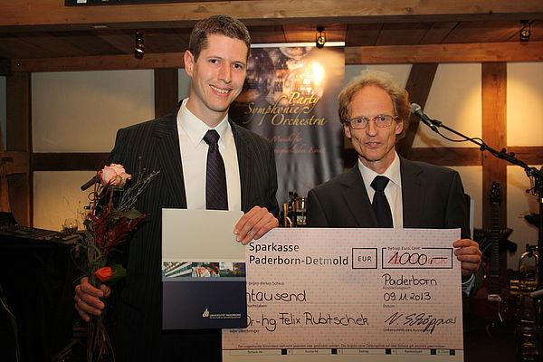 Foto (Linda van Rennings): Verleihung des dSPACE-Preises für die beste Promotion an Herrn Dr.-Ing. Felix Rubitschek durch Prof. Dr.-Ing. Rolf Mahnken, Vorsitzender des Promotionsausschusses.