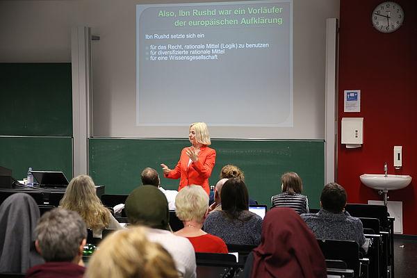 """Foto: Universität Paderborn, Melina Kiziroglou. Prof. Dr. Albertini während ihres Vortrages """"Ibn Rushd oder Averroes – Wer hat die Aufklärung erfunden?"""" im Kolloquium zur Philosophie."""