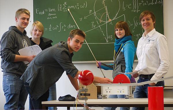 Foto (Universität Paderborn, Department Physik): Dr. Marc Sacher (r.), Fellow der Joachim-Herz-Stiftung, im Dialog mit Studierenden im neuen, kompetenzorientierten Physik-Praktikum.