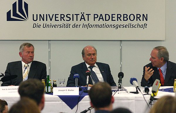 Foto (Stefan Freundlieb): (v. l.) Moderiert von Prof. Dr. Wolf-Dietrich Brettschneider stellen sich FIFA-Präsident Joseph S. Blatter und Innenminister Dr. Wolfgang Schäuble den kritischen Fragen der angereisten Journalisten.