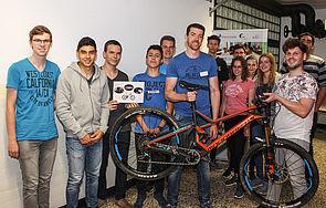 Foto (Universität Paderborn, Johannes Pauly): Am Thementisch Fahrrad ging es darum, wie Gewicht reduziert und Energie im Bereich der Mobilität gespart werden kann.