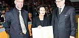 Foto (Universität Paderborn, Patrick Kleibold): Verleihung der Ehrendoktorwürde an die Literatur-Nobelpreisträgerin Herta Müller: Prof. Dr. Norbert Otto Eke (links) und Prof. Dr. Volker Peckhaus überreichen die Ehrenpromotion an Herta Müller.