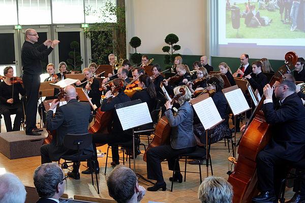 Foto (Universität Paderborn, Patrick Kleibold):  Am 23. und 25. Januar spielt das Hochschulorchester Paderborn unter Leitung seines Dirigenten Steffen Schiel im Auditorium maximum der Universität Konzerte mit zeitgenössischem Schwerpunkt.
