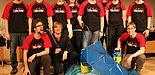 Foto (Universität Paderborn): Das Team der Event-Physik mit einem erfolgreich implodierten Fass.