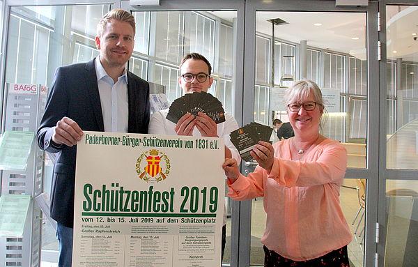 Foto (Universität Paderborn): Wollen für eine Paderborner Tradition begeistern: Frederik Driller und Simone Probst zusammen mit Jungschütze Maximilian Lippegaus (Mitte), der an der Universität Maschinenbau studiert.