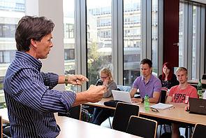 Foto (Universität Paderborn, Heiko Appelbaum): Markus Hornig gab den Studierenden in Paderborn Tipps für ein stressfreies Studium.