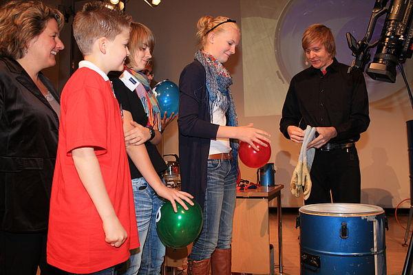 Foto (Referat Presse und Kommunikation, Universität Paderborn, Frauke Döll): … und zeigt, was mit Luftballons in flüssigem Stickstoff passiert.