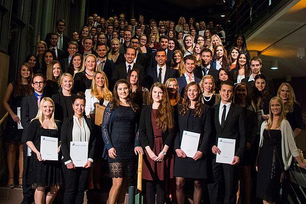 Foto (Universität Paderborn): Gruppe 1 der Absolventinnen und Absolventen am Tag der Wirtschaftswissenschaften 2015
