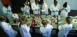 Foto (Universität Paderborn, Ines Eckardt): Schülerinnen informieren sich an der Universität Paderborn über Studienmöglichkeiten.