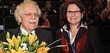 Foto (Universität Paderborn, Patrick Kleibold): Prof. Dr. Dorothee M. Meister bedankt sich bei Prof. Dr. Rolf Schulmeister vom Zentrum für Hochschul- und Weiterbildung der Universität Hamburg.