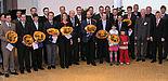 Foto (Stefan Sauer): Rektor Prof. Dr. Nikolaus Risch (2. v. r.) und Dekan Prof. Dr. Klaus Meerkötter (3. v. r.) freuen sich über die erfolgreichen Preisträger der Fakultät für Elektrotechnik, Informatik und Mathematik. Ferner auf dem Bild: Prodekane