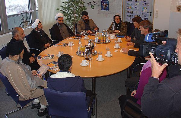Foto (Universität Paderborn, Tibor Werner Szolnoki): Präsident Prof. Dr. Nikolaus Risch im Gespräch mit den Gästen aus dem iranischen Ghom.