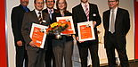 Foto (E.ON): Tobias Grote (2. v. re.), Universität Paderborn, gewann beim E.ON Westfalen Weser Energy Award in der Kategorie Wissenschaft den 1. Preis. Weitere Preisträger sind Sven Jürgen Zastrau und Rebecca Siodla. Freuten sich mit ihnen: Juryvorsitz