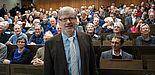 """Foto (Universität Paderborn, Bianca Oldekamp): Im voll besetzen Hörsaal A4 der Universität hielt Prof. Dr. Manfred Grote seine Abschiedsvorlesung zum Thema """"Verbraucherrisiken durch Antibiotikaeinsatz in der Landwirtschaft – Kann Rohkost gefährlic"""