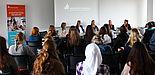 Foto (Franziska Pestel): Podiumsdiskussion im Sitzungsraum der Universität: (v. l. n. r.) Jasmin Sudermann, Kathrin Müller, Prof. Dr.-Ing. Katrin Temmen, Sophia Bulmahn, Christina Zweigle.