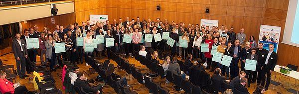 """Foto (Arthur Isaak, Copyright: Hochschule OWL):  55 Kooperationsschulen beteiligen sich am Projekt Talentsouting OWL und wurden dafür mit der Plakette """"Schule im NRW-Talentscouting"""" ausgezeichnet."""