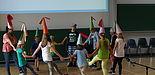 """Foto (Universität Paderborn, Bianca Oldekamp): Mit einem mittelalterlichen Schiarazula-Tanz zeigten die Kinder der Gruppe """"Grün"""" dem Publikum, wie im Mittelalter getanzt wurde."""