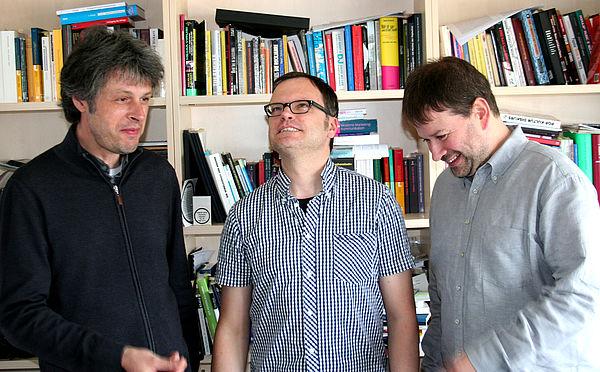 Foto (Tim Ilskens): Olaf Karnik, Prof. Dr. Christoph Jacke und Ulrich Lettermann (v. li.) teilen nicht immer die gleiche Meinung, wenn es um Musik geht.