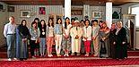 Abbildung: Fünfzehn chinesische Deutschlehrende werden unter der Leitung von Kursbegleiterin Karina Rohlfing herzlich in der Paderborner Fatih Moschee begrüßt. Sie erfahren muslimisches Leben und lernen deutsche Sprachkurse für Migranten kennen. Foto: