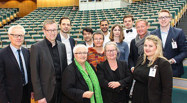 Foto (Universität Paderborn, Johannes Pauly): Vor der Debatte im Audimax (v. l.): Paderborns Vize-Bürgermeister Martin Pantke, SPD-Bundestagsabgeordneter Burkhard Blienert, FDP-Landtagsabgeordneter Marc Lürbke, Grüne-Landtagsabgeordnete Sigrid Beer, A