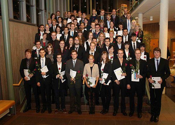 Foto (Universität Paderborn, Heiko Appelbaum): Absolventinnen und Absolventen des Prüfungsjahres 2013