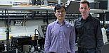 Bild (Department Physik): Dr. Guixin Li (links) und Prof. Thomas Zentgraf (rechts) im Laserlabor an der Universität Paderborn.