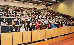 Foto (Universität Paderborn, Vanessa Dreibrodt): 138 Austauschstudierenden begrüßten Nicola Weinert (1. Reihe, 1. v. r.) und Kerstin Ollech (1. Reihe, 2. v. r.) vom International Office an der Uni Paderborn.