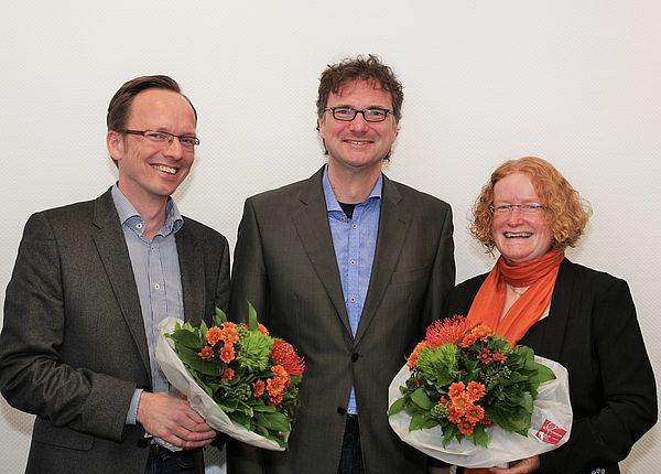Foto (Universität Paderborn, Tibor Werner Szolnoki): Vizepräsident Prof. Dr. Rüdiger Kabst (m.) gratulierte den neugewählten Sprechern des Senats: Prof. Dr. Burkhard Hehenkamp (l.) und Prof. Dr. Merle Tönnies (r.).