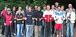 Foto: Laufen für die Fitness: Kursleiterin Andrea Gramespacher (vorn li.) von der Uni Paderborn mit den Auszubildenden, die sich fürs Nordic Walking entschieden haben. Rechts die Organisatoren: Dieter Thiele vom Hochschulsport 5. v. re.), Norbert Blome