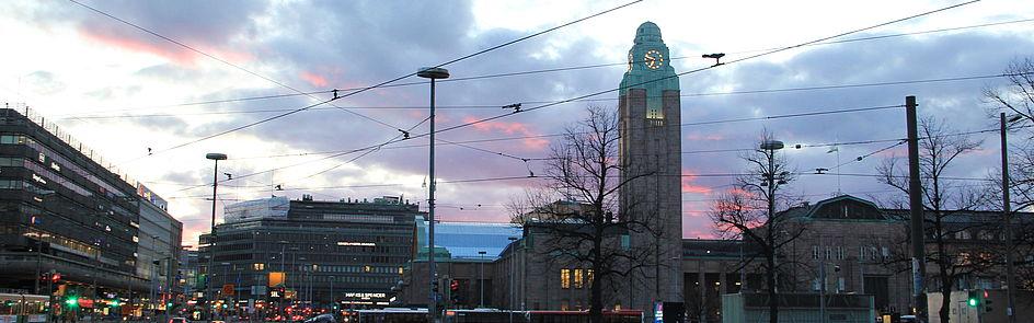 Hauptbahnhof von Helsinki (Helsingin päärautatieasema) im Zentrum der finnischen Hauptstadt. Wahrzeichen und Knotenpunkt für den finnischen Nah- und Fernverkehr, entworfen vom finnischen Architekten Eliel Saarinen.