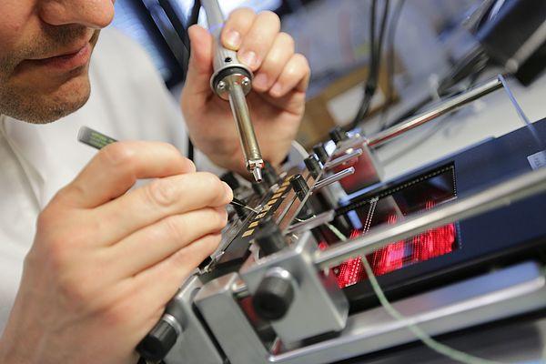In seinem MID-Labor bildet das Fraunhofer IEM die gesamte Prozesskette der MID-Herstellung ab (Hier wird ein MID-Bauteil bestückt). Foto: Fraunhofer IEM
