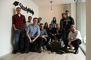 Foto (StudyHelp GmbH): Das zehnköpfige Team um die Gründer Daniel Weiner (hintere Reihe, 3. v. l.) und Carlo Oberkönig (hintere Reihe 2. v. l.) freut sich auf die neuen Herausforderungen.