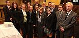 Foto (Stepniak): Ministerin Svenja Schulze (vorn, Mitte) mit den Vertretern der Gründer-Graduate Schools, unter anderem Prof. Dr. Wilhelm Schäfer (rechts, Sprecher) und Prof. Dr. Eckhard Steffen (hinten, Mitte, Geschäftsführer) der International Gradu