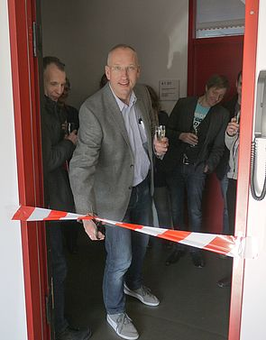 Foto (Universität Paderborn, Heike Probst): Prof. Dr. Wolf Gero Schmidt eröffnet die Praktikumsräume.