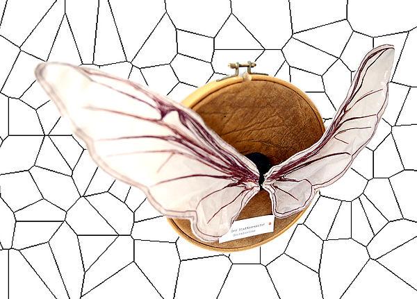 Geklatschte Trophäen: DIE EDELLIBELLE (2015):  Organzastoff, Draht, Kunstleder, Stickrahmen (32 cm), Styropor, ca.43 cm