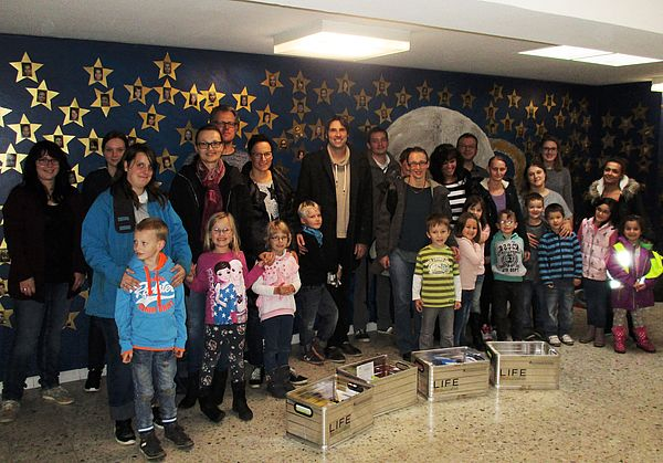 Foto (Universität Paderborn): Auftaktveranstaltung an der Grundschule Bonifatius mit teilnehmenden Eltern und Kindern, LIFE-Projektkoordinator Christian Greiner (hinten, 5. v. l.), LIFE-Mitarbeiterinnen Lara Krause (1. v. l.), Maren Höltje (2. v. l.) un