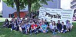 Foto (Universität Paderborn, Department Physik): Die Teilnehmenden des zweiten SommerCamps Physik an der Uni Paderborn vor dem Gebäude L der Universität.