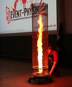 """Foto (Universität Paderborn, Nina Reckendorf): Event-Physiker haben das """"Paderborner Feuer"""" der Lehre entflammt."""