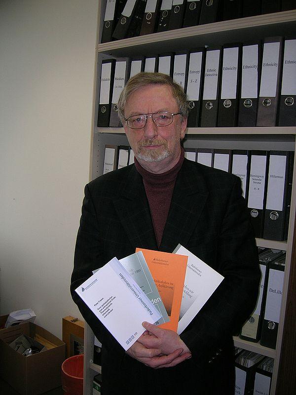 Foto: Prof. Dr. phil. Dr. h.c. mult. Peter Freese, Initiator und Herausgeber der Paderborner Universitätsreden (PUR), deren 100. Heft jetzt erschienen ist.