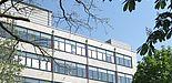 Abbildung: Damals und heute: An der Stelle gegenüber dem Audimax, wo sich im Jahre 2005 die Tagungsteilnehmer zu einem Gruppenbild versammelten (oben), steht heute das Gebäude K, das neue Chemiegebäude. [Fotos: Andreas Hoischen (oben), Heinz Kitzerow (