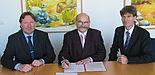 Foto: Prof. Dr. Michael Dellnitz, Rektor Prof. Dr. Nikolaus Risch und Kanzler Jürgen Plato freuen sich über 500.000 Euro Forschungsgelder, die der Universität Paderborn jetzt von der Europäischen Union bewilligt wurden.