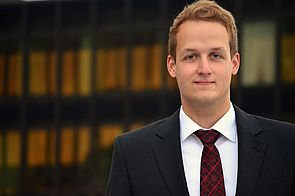 Foto (Universität Paderborn): Dr. Frederik Simon Bäumer erhält den Förderpreis der Gesellschaft für Angewandte Linguistik für computerlinguistische Verfahren zum Schutz der Privatsphäre.