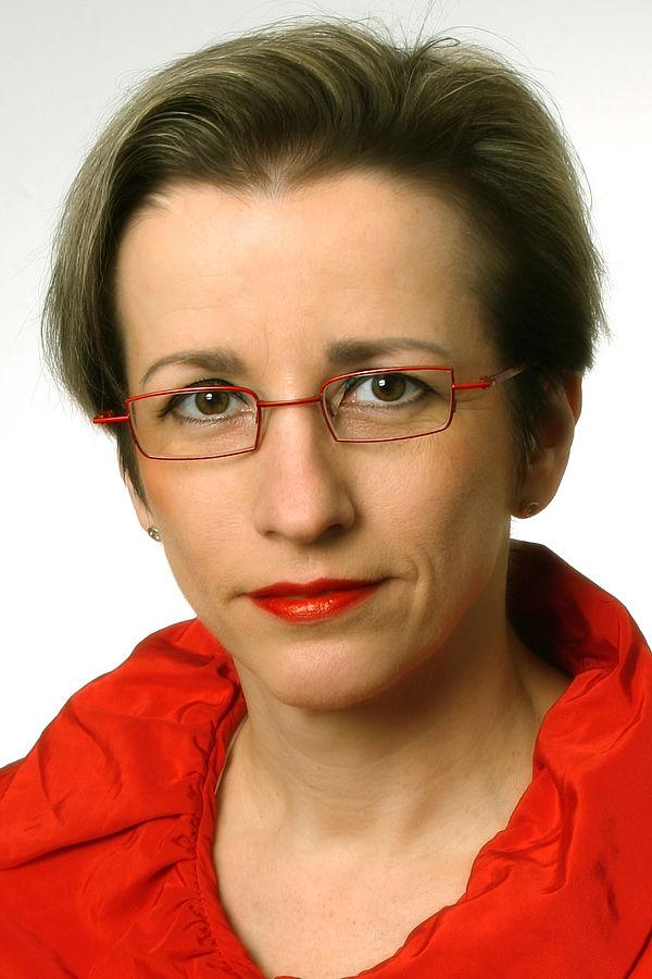 Foto (Universität Paderborn, Adelheit Rutenburges): Prof. Dr. Eva-Maria Seng, Lehrstuhl für Materielles und Immaterielles Kulturerbe an der Universität Paderborn, erhält am 3.12.2011 die Ehrenmedaille der Universität Breslau.