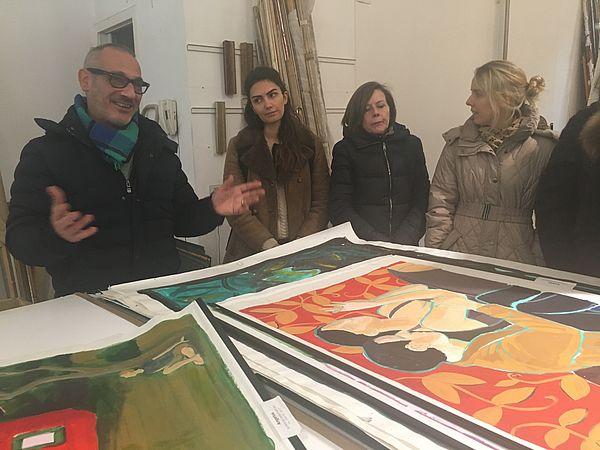 Foto (J. Ströter-Bender): Ateliergespräch Paolo Bigelli mit Studentinnen aus dem Fach Kunst.
