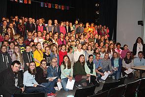 Foto (Marian Feist): Schülerinnen, Schüler und Studierende am Ende des Präsentationsabends