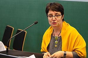 Foto (Universität Paderborn, Johannes Pauly): Prof. Dr. Birgit Riegraf, Vizepräsidentin für Lehre, Studium und Qualitätsmanagement, begrüßt Lehrende und Studierende auf dem sechsten Tag der Lehre.